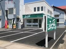4条通に面しております。店舗前駐車場です。
