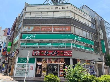 JR中央線国分寺駅南口のロータリー沿いにございます。南口駅前の交番が目印になります。