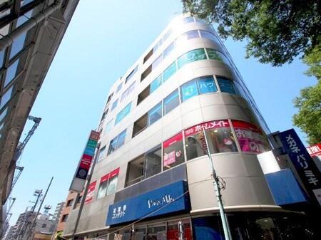 京王線府中駅構内西側の階段を降りけやき並木通りを渡って右手にある1階がメガネ屋さんのビルの4階です。