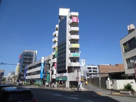 小田急線の町田駅西口を出てみずほ銀行の先、イタリアンレストランが1階にある白いビルの4階です。