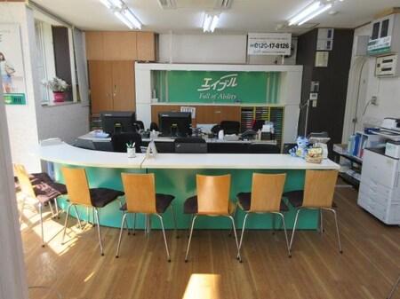 総武線小岩駅、小岩駅北口入口交差点の角地!1階・3階計お客様席13席余りございます。