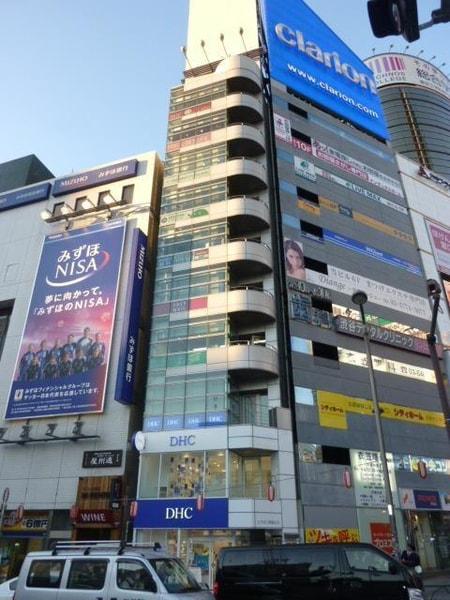 渋谷駅東口、みずほ銀行隣のビル、角地です!奥のエレベ-ターで4Fへ!