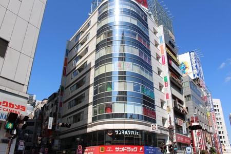 新宿西口駅直結!小田急ハルク(ビックカメラさん)隣、2階にサンマルクカフェさんがあるビルの4階です。