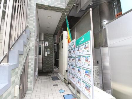 1階は『花好』というキレイなお花屋さんの3階です!!階段横の通路に物件情報があり奥にエレベーター有