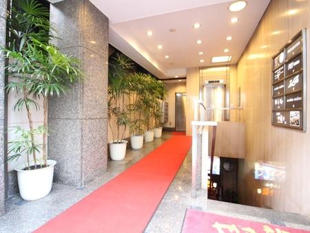 当ビルのエントランスになります。赤いカーペットが目印です♪