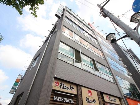中央線・総武線・東西線の中野駅南口改札を出ていただき、左手方面を見てすぐ目の前のビルの2Fです。