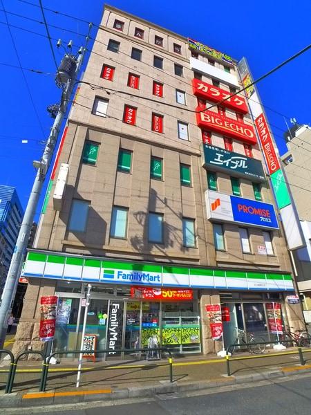 綾瀬駅西口駅前ビル3F。綾瀬駅のホームからも見える大きな看板が目印です。
