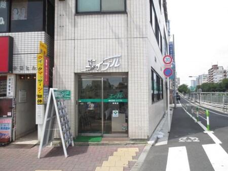 駅前の橋のたもとにございます。大きな緑の看板が目印です!入りやすい一階の店舗です。