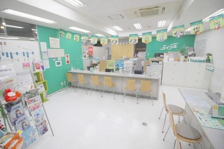店内は明るいイメージでお客様のご来店をお待ちしております。