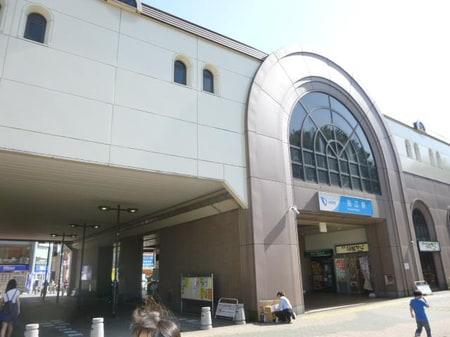 小田急線狛江駅です。駅構内はエスカレーター・エレベータがついてます。