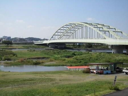 狛江市西部を流れる多摩川です。TVドラマや映画のロケ地としても有名です。