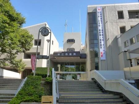 和泉本町にある狛江市役所です。狛江駅から徒歩5分です。