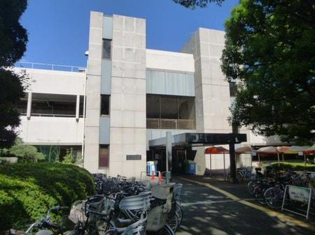市役所の隣にある中央図書館です。平日は夜8時までやっているので便利です。