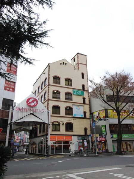 駅南口を出て、ロータリーを真っ直ぐ進み左手の横断歩道を渡ると、宝くじ売り場横の黄色のビル4階。