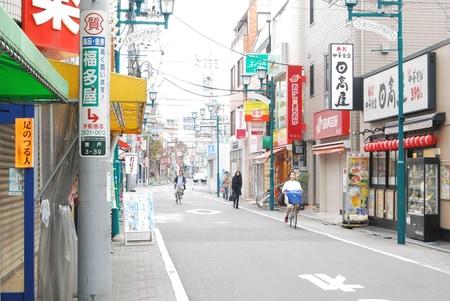 駅前から店舗方向を望むと(ちょうど真ん中)に緑色のエイブル青砥店があります。