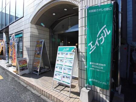 店舗ビル1F入り口です。緑ののぼり(旗)が目印です。エレベーターが御座いますのでベビーカーOKです。