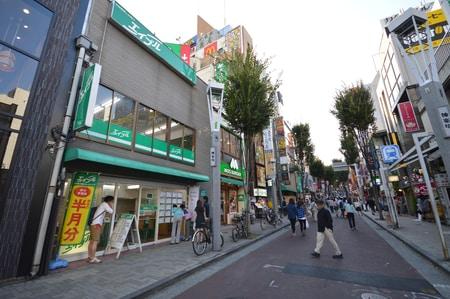 神楽坂の入り口、スターバックスコーヒーの隣にエイブルはあります。緑の看板を目印にお越しください。