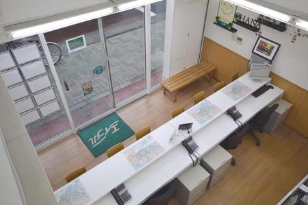 1階のカウンター・2階吹き向けの広い店内です。