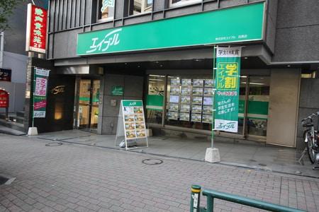 目黒店は権ノ助坂下り右側の途中にあり、10階建てビル1階のガラス張りのお店です。