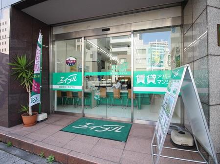 慶応大学東門から、東京タワーに向かって歩いていただき、「三田通り交番前」交差点にございます。