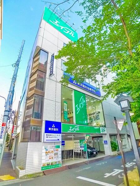 ビル1階の看板部分にエレベーターがあり、2階が当店です。