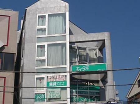 久米川駅南口を出て右ななめ前にあるビルの3階、グリーンの看板が目印です!入口は通りの奥側です!