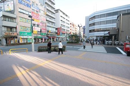 南口を出た景色です。写真左手がエイブルです。みずほ銀行さん側の横断歩道を渡ってお越しください。