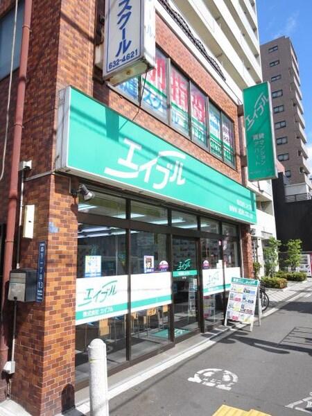 茶色と緑色のお店は外からでも目立ちます。