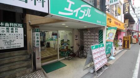 阪急高槻駅改札から徒歩2分!阪急高槻商店街の中にグリーンの看板で皆様のご来店をお待ちしております。