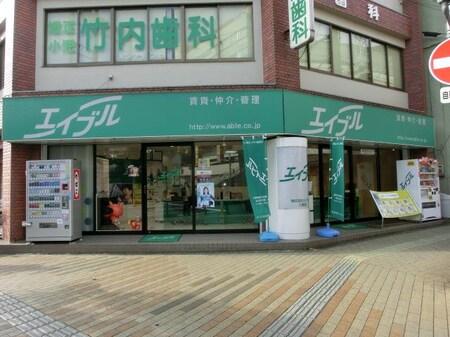 近隣にアリオ、西武百貨店等が有る、近鉄八尾駅下車東へ105m交差点角。