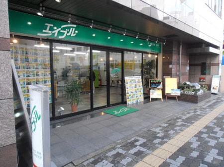 枚方市役所から京阪線の間に位置しており、駐車場もすぐ隣にございますのでお車での来店の際も安心です。
