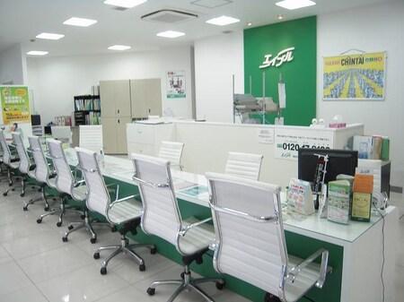 白を基調とした店内は明るく、広々としています。また、キッズルームスペースも確保しております。
