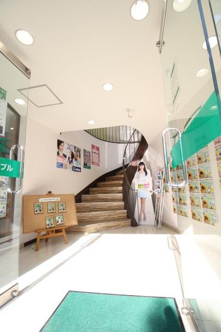 1階の入り口入って頂くと物件看板が多々ございます。お気軽に御来店くださいませ。