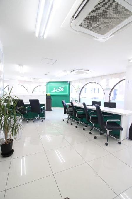 店内昨年末にリフォ-ムをしており、広々とした店内、清潔感のある白で居心地の良い空間となっております。