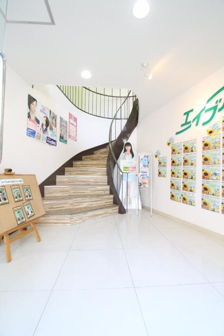 1階入り口です。螺旋階段をあがって頂くと、スタッフ一同お客様をお待ち致しております