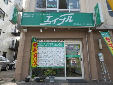 五階建てビルの一階部分です。駅側の隣には銀行ATMと時間制パーキングがございます。