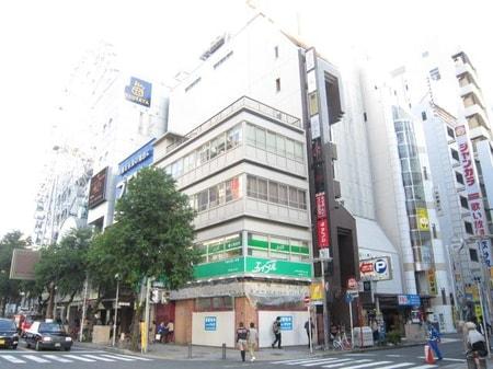 当店は地下鉄東山線栄駅8番出口を出て西へ50m先にあります。緑の看板が目印、ビルの2階にあります。