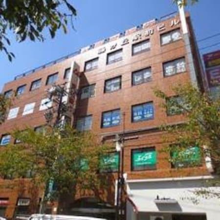 地下鉄東山線、藤が丘駅2番出口を左へ角地に立地している大きなビルの2階です。1階は愛知銀行さんです。