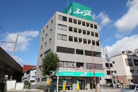 名鉄豊田市駅の東口を出て、正面左を向くとエイブルの大型看板が屋上についているビルの1階です。
