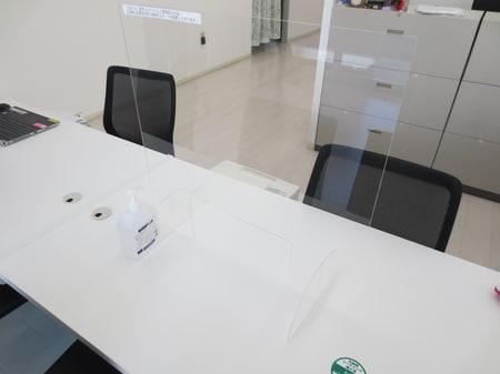 お客様と社員の間に飛沫ガードパネルを設置いたしました。