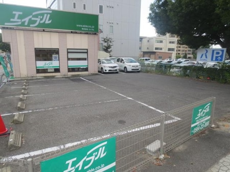 店舗隣が専用駐車場です。お車でご来店のお客様にも便利です。