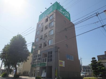 JR春日井駅北口を出て190m。マンション最上部の大きな緑の看板が目印です。