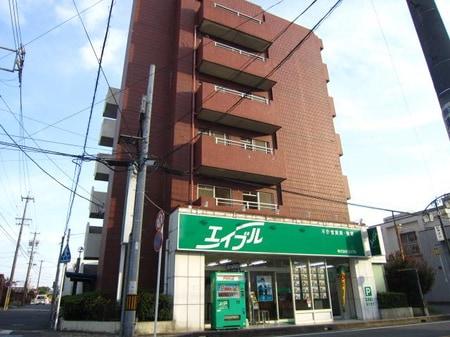 店舗は、茶色のマンション堀切ビル1F。緑の看板が目印です。
