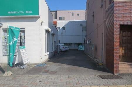 店舗隣接の駐車スペースをご用意しております。