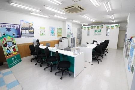 清潔感のある白を基調とした店内はキッズスペースも確保してあります。