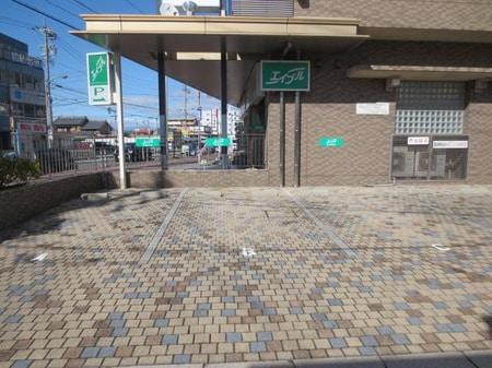 お車にてご来店の際は店舗南側に隣接した駐車場が3台分ございます。緑の看板が目印です。