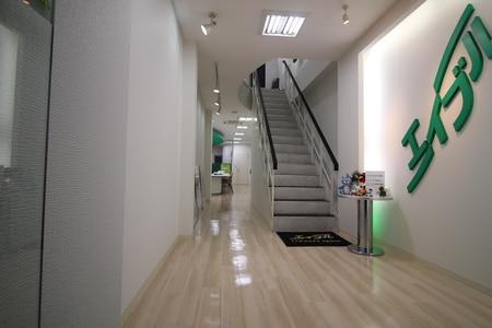 入口直ぐに階段がありますが当店は1Fとなります。