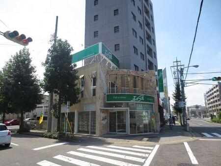 上小田井駅南口を出て目の前にある2階建ての建物と大きな緑の看板が特徴です!