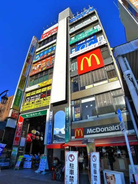 新小岩駅南口改札を出てすぐ左手の1階がマクドナルドさんが入っているビルの6階になります。