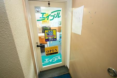 1階にカラオケ、3階同フロアに音楽塾と人の出入りも多いので、安心してご来店くださいませ。